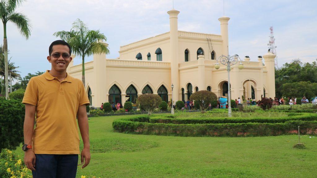Di Depan Istana Siak Sri Indrapura